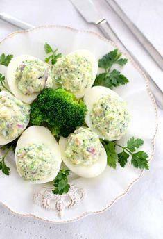 Przepis na jajka faszerowane brokułem - MniamMniam.com Easter Recipes, Summer Recipes, Appetizer Recipes, Great Recipes, Favorite Recipes, Easter Dishes, Vegetarian Recipes, Cooking Recipes, Health Eating