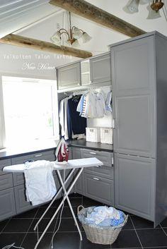Valkoisen Talon Tarina-blogi: harmaat kaapit kodinhoitohuoneeseen ja silitettyjen vaatteiden tanko