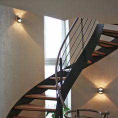 Aplique de pared OJO acero - Luz ambiental en escalera interior. Esta lámpara puede dar el toque que estabas buscando en rincones con poca luz.