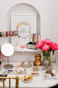 Teoricamente, tudo o que você precisa para ter uma penteadeira em casa é de um cantinho disponível para um espelho e um móvel de apoio. Mas na prática, esta máxima nem sempre se aplicar… Afinal, o ato de se maquiar, cuidar da pele, do cabelo e de escolher as bijoux dia após dia é mais …