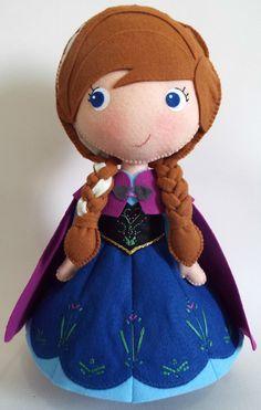 Princesa Anna confeccionada em feltro.  Produto artesanal, feito à mão.    30 cm de altura.  Fica em pé sozinha, sem auxílio de suporte.    Ideal para decorar a mesa principal da festa de aniversário.  Pode ser reutilizado posteriormente para enfeitar o quarto da criança.