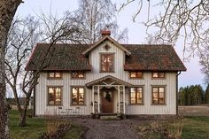 Fridas och Harrys hus Made In Persbo Scandinavian Cottage, Swedish Cottage, Swedish House, Cottage Farmhouse, Lifestyle Fotografie, German Houses, This Old House, Charming House, Nordic Home