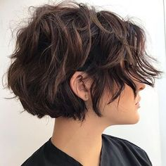 Short wavy hair is trendy, classy and versatile. In fact, short wavy hairstyles will always look unique and sexy. From the short wavy bob to layered shoulder-length waves to styles…View Short Wavy Hairstyles For Women, Haircuts For Wavy Hair, Girls Short Haircuts, Short Layered Haircuts, Haircut For Thick Hair, Short Hair For Girls, Everyday Hairstyles, Popular Short Haircuts, Haircut Short