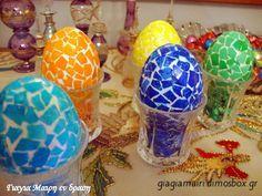 Πασχαλινά ψηφιδωτά αυγά Αγοράζετε λευκά αυγά. Τα πλένετε καλά τα βράζετε και τα στεγνώνετε. Μαζεύετε τα τσόφλια από λευκά αυγά. … Easter Eggs, Christmas Bulbs, Projects To Try, Holiday Decor, Crafts, Diy, Food, Home Decor, Patience