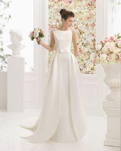 Vestido e sobressaia de mikado e brilhantes, em cor natural. Vestido e sobressaia de cetim duquesa e brilhantes, em cor de marfim.                                                                                                                                                                                 Mais