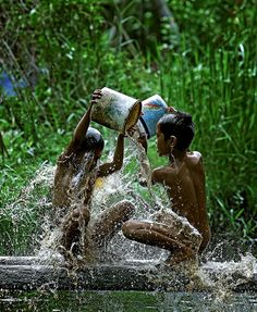 Bali children improvise with old paint buckets for a good bath ♥What if these were your children? We Are The World, People Of The World, Wonders Of The World, Chinese Martial Arts, World Cultures, Happy Kids, Beautiful Children, Children Photography, Cute Boys