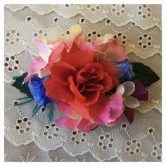 Tocado hecho a mano de flores artificiales y detalle de plumas naturales. #handmade en #LaTarara