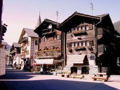 Evolène est une commune du canton du Valais située dans le district d'Hérens.  http://fr.wikipedia.org