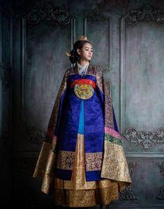 Korean Fashion – How to Dress up Korean Style – Designer Fashion Tips Korean Traditional Clothes, Traditional Fashion, Traditional Dresses, Korean Fashion Trends, Asian Fashion, Korea Dress, Modern Hanbok, Korean Wedding, Oriental Fashion