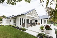 Exterior house colors gray james darcy 60 ideas for 2019 Hamptons Style Homes, Hamptons House, Exterior House Colors, Exterior Design, Weatherboard House, Queenslander, House Ideas, Facade House, House Facades
