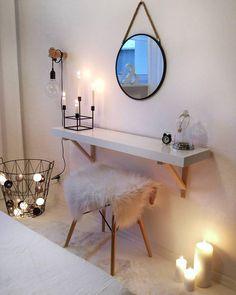 So gemütlich! Kerzenschein bringt Licht und Wärme in unser Zuhause. An den kalten Tagen genau das, was wir so dringend brauchen! // Schminktisch Kerzen Felle Hocker Lichterkette Spiegel #Schminktisch #Kerzen #Spiegel #Lichterkette @so.very.me.and.home