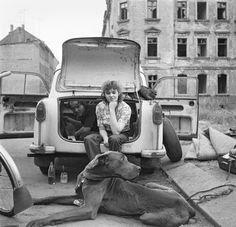 Fahrtüchtig:  Die DDR - ein Land in Wartestellung. Manche Häuserruine wartet in Leipzig auch 1981 noch auf eine Renovierung. Und die Menschen warten bis zu zehn Jahre auf einen Neuwagen. Glücklich muss das Paar sein, das einen gebrauchten Trabi abbekommen hat. Mit ein bisschen technischem Geschick wird er wieder flott gemacht.