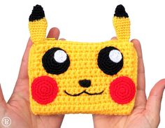 Pikachu crochet wallet with zipper. Has two compartments. Great to hold money, credit cards, school cards, library cards, coupons… Handmade with great Crochet Wallet, Crochet Bookmarks, Crochet Pencil Case, Crochet Phone Cover, Pikachu Crochet, Crochet Girls, Diy Crochet, Crochet Crafts, Crochet Disney