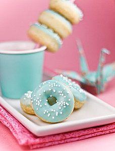 recipe for mini donuts.i love donuts.i love turquoise Mini Donuts, Blue Donuts, Blue Cupcakes, Bubble Gum Cupcakes, Donuts Donuts, Dunkin Donuts, Mini Desserts, Beaux Desserts, Mini Donut Recipes