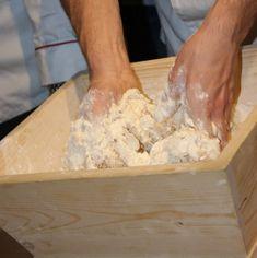 la preparazione dell'impasto della pizza dal Libro L'arte della pizza, Mondadori. A cura di Rossopomodoro Per fare la pizza napoletana si possono usare far. Come si fa l'impasto della pizza napoletana? Ve lo spiega Rossopomodoro