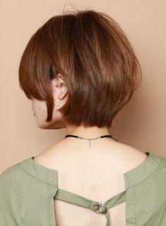 全体的に丸みを残した大人のショートボブスタイルです。ボリュームの出ない毛質の方にオススメします。襟足は首にタイトに収まるようにカットします。丸さと部分によって重さを残すスタイルなのでカラーは7トーン以上(ナチュラルなブラウン)の明るさがオススメです。クセがある方は生かしてカットして、直毛すぎる方は毛先に軽く丸みをつけるパーマをかけます。