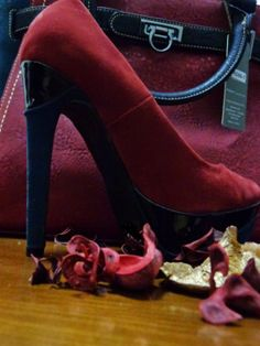 Papa Saldos com Gosto  : #1 Conjunto Sapatos T36 + Mala - 17€ Character Shoes, Knee Boots, 1, Dance Shoes, Fashion, Shoes, Knee High Wedge Boots, Dancing Shoes, Fashion Styles