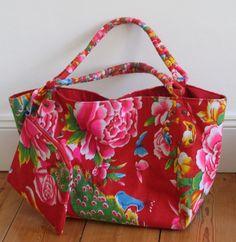 Très beau sac grande contenance réalisé (cousu machine et main) en tissu traditionnel chinois pivoines. Fermeture par pressions. Doublure tissu rou...