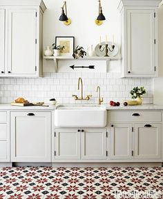 I love everything about this kitchen, especially the gold accents! The cabinets are so good too! ✨by @housebeautiful