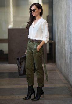 Já pensou em apostar em uma calça verde militar para os office looks? Diferentes das tradicionais pantalona ou alfaiataria, elas podem quebrar os looks repetitivos do dia a dia. Vale o investimento!