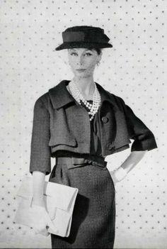 1959 Jean Patou vestido y abrigo complementado con guantes, sombrero, collar de perlas y bolso