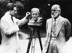 O psicanalista Sigmund Freud posa para o escultor Oscar Nemon, em Viena, em 1931.