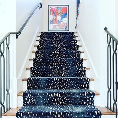 Stylish stair carpet ideas and inspiration. So you can choose the best carpet for stairs.Quality rug for stairs, stairway carpets type, etc. Beautiful Stairs, Beautiful Homes, Style At Home, Patterned Stair Carpet, Carpet Stairs, Room Carpet, Pattern Carpet On Stairs, Stairway Carpet, Basement Carpet