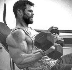 Chris Hemsworth, JFC those arms Fitness Gym, Mens Fitness, Fitness Motivation, Fitness Tracker, At Home Workout Plan, At Home Workouts, Bodybuilder, Kettlebell, Chris Hemsworth Shirtless