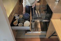 食器を洗って収納する毎日の動作をできるだけシンプルにしました。食洗機は1日分を就寝中に洗うように使っています。 専門家:ハンズデザイン一級建築士事務所が手掛けた、収納動作を考えたキッチン(私たちの家)の詳細ページ。新築戸建、リフォーム、リノベーションの事例多数、SUVACO(スバコ)