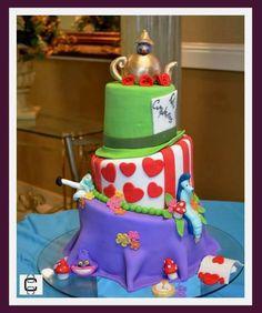 ALICE IN WONDERLAND FONDANT CAKE (Pastel de pisos chuecos de Alicia en el país de las maravillas)