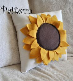 Sunflower Pillow Pattern DIY Tutorial flower pattern how to Sonnenblume Kissen Muster DIY Tutorial Blumenmuster, wie man Sewing Pillows, Diy Pillows, Decorative Pillows, Cushions, Throw Pillows, Accent Pillows, Sewing Crafts, Sewing Projects, Do It Yourself Decoration