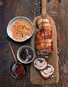 Zum Rollbraten mit Senf und Zwiebelmischung werden Linsen in Sahne und Granatapfelsauce gereicht.
