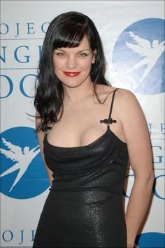 If you're into kinky goth girls into experimental sex and Satanic ritual sacrifice, you'll probably like Pauley Perrette because she looks the type. Pauley Perrette, Hot Goth Girls, Celebs, Celebrities, Celebrity Pictures, American Actress, Kinky, Hair Makeup, Camisole Top