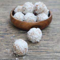 Bolitas de coco/almendra veganas, raw y ultra exquisitas  Receta: instagram.com/p/BC3Duz-FWgC/  #snack #blisballs #coconut #coco #saludable #healthy
