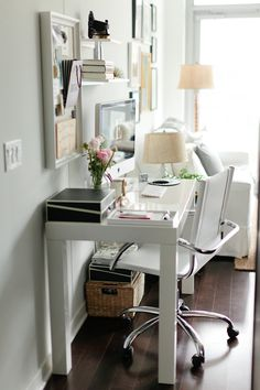 Several home office furniture work for a home office depending on the level of formality you're looking for. Using multiple home office furniture means that you can find comfort in a number of ways when you're working from home. Mesa Home Office, Home Office Space, Home Office Desks, Office Decor, Desk Space, Office Ideas, Office Nook, Small Workspace, Study Space