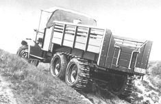 A 6-wheeled lorry fitted with chains on the rear wheels