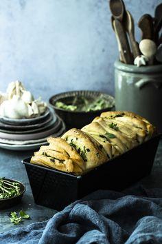 Kräuterzupfbrot ist ein aromatisch luftiger Klassiker zur Grillsaison, macht auch auf jedem Buffet etwas her und schmeckt auch zu frischen Salaten