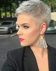 The pixie cut is the new trendy haircut! Put on the front of the stage thanks to Pixie Geldof (hence the name of this cup!), Many are now women who wear this short haircut. Latest Short Hairstyles, Short Pixie Haircuts, Trending Hairstyles, Pixie Hairstyles, Summer Hairstyles, Stylish Short Hair, Short Grey Hair, Short Hair Cuts For Women, Short Hair Styles