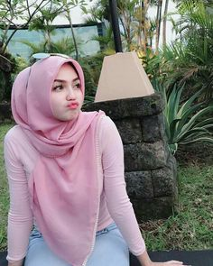 Pin Image by Bunda Hijaber Beautiful Hijab Girl, Beautiful Muslim Women, Casual Hijab Outfit, Hijab Chic, Hijabi Girl, Girl Hijab, Hijab Gown, Hijab Jeans, Moslem