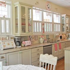 Cool Vintage Shabby Cottage chic Kitchen Design With Retro Details Cottage Chic, Shabby Cottage, Shabby Chic Homes, Shabby Chic Kitchen Cabinets, Vintage Kitchen Decor, Kitchen Walls, Kitchen Rustic, Green Kitchen, Country Kitchen