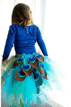 DIY Halloween DIY Costumes :DIY Girls Halloween Costumes : Handmade Dress Up: DIY Peacock Tutu Tutorial One thing I don't understand is why the shirt is backwards. Diy Disfraces, Halloween Disfraces, Tutu Tutorial, Costume Tutorial, Photo Tutorial, Tutorial Fantasia, Peacock Tutu, Peacock Skirt, Peacock Costume Kids