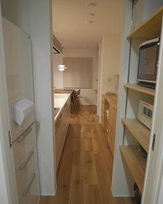 \脱衣所からの眺め.家電収納棚/ ・ 脱衣所の引き戸を開けると すぐに 冷蔵庫と家電収納があります。 ・ ダイニングまでの動線は一直線。 ・ 脱衣所の出入り口は2つあるので、キッチン側にも、リビング&和室側からも入れるようになっています。 ・ キッチンの後ろの造作カウンターの上には何も置きたく無かったので、家電収納をつくってもらいました。 ・ 家電収納は いつか大きいオーブンレンジを購入するかもしれないので、少し奥行きを多めにとってもらいました。 ・ 現在は主に *電子レンジ *バルミューダ *ホットプレート が置いてあります ・ 一番上の段に使用頻度の少ない物 (哺乳瓶などの赤ちゃんグッズ) (お菓子作りグッズ) ・ 家電収納棚の一番下に使用頻度の少ない、ビンや缶を入れるゴミ箱を1つだけ置いてあります。 ・ 可燃ゴミとプラゴミのゴミ箱は使用頻度が高いので、キッチン後ろのカウンターに入れる場所を作りました。 ・ 家電収納棚の真ん前に冷蔵庫です。 ・ リビングからは見えないようになっているのでスッキリ感じます☺︎ ・ リビングは無垢床ですが、キッチンは水はねが心配だったので… Japanese House, Kitchen Interior, Kitchen Storage, Home Kitchens, Pantry, Home Goods, New Homes, Home Appliances, House Design