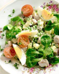 Huzarensalade is een klassieker uit grootmoeders keuken, maar nog steeds heel lekker. Je kan er naar believen restjes groenten in verwerken.