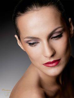 Inspirate en el rubor compacto coral Natura Una para iluminar tu maquillaje.