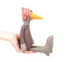 Deze kleine meid eend pop is onderdeel van - TIMO-HANDGEMAAKTE collectie; een kleine ontwerp lijn, allemaal handgemaakt. Genaaid met oog voor detail en een touch voor weefsel.  Handgemaakte is, elk item een van een soort.  De eenden & vogels poppen-reeks omvat zeldzame vogels, kuikens, eenden en pinguïns. Dit zijn pluche, minimalistisch modern ogende gevuld kunst poppen en zijn kind vriendelijk & eco vriendelijke.  Ze zijn gemaakt voor spelen, en met liefde vooral voor babys, peuters en…