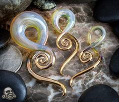 Gold Tipped Tail Spirals by Glass Heart Studio. Plugs Earrings, Gauges Plugs, Pearl Earrings, Ear Jewelry, Body Jewelry, Punk Jewelry, Skull Jewelry, Hippie Jewelry, Body Piercings