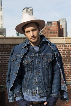 Ways for Men to wear Denim jackets - Goteo Raw Denim, Blue Denim Jeans, Levis Jeans, Jeans Style, Shirt Style, Levi Denim Jacket, Denim Jackets, Estilo Denim, Mode Jeans