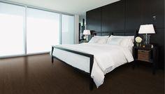 Ce plancher de bois ajoute beaucoup de prestance à cette chambre à coucher.
