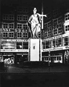 Berlin 1938/39 Die Berolina bei Scheinwerferbeleuchtung
