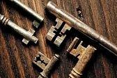 Grunge immagine di antichi arrugginiti tasti su uno sfondo di legno stagionato